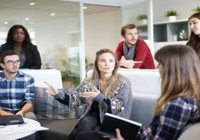 """Komisia spúšťa iniciatívu """"Podpora zamestnanosti mladých ľudí"""": most k pracovným miestam pre ďalšiu generáciu"""